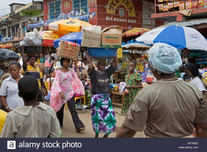 nigeria-lagos-hawkers-at-marketplace-AF7RDK